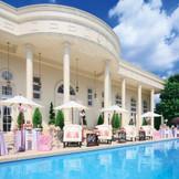 大きなプールも全て完全貸切。プール沿いでのウェルカムパーティーなど、大人っぽいひとときもお過ごしいただけます。