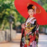 和装も花嫁の好みに合わせて、伝統的なスタイルからモダンなものまで提案