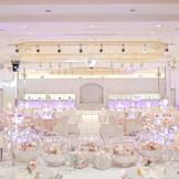 大きなステージととシャンデリアのダイナミックな披露宴会場