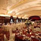 宮殿の大広間のような佇まいからは本物だけが持つ風格と優雅さを感じる本館会場の「レインボー・ボールルーム」。