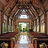 総天然石造りのバージンロードは、ナチュラルなウッドチャペルとの調和が抜群 美しく木材を組み上げ、200年来のアンティークに囲まれた空間で 木の香りと光、ゲストに見守られる空間でナチュラルウェディングを叶えよう
