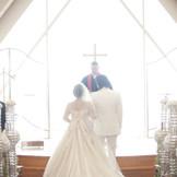 海が見えるチャペルでキリスト教式。お二人の誓いは永遠に。