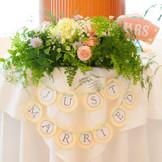 メインテーブルにはお花の他にフォトプロップスやガーランドを飾られても素敵