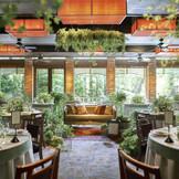 日本庭園を眺める明るい空間で おふたりらしい会場コーディネートを