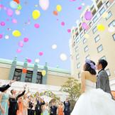 青空に祝福されたガーデン挙式もOK。ゲストと一緒に行う挙式後のバルーンリリース