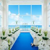 バージンロードは砂浜をイメージ。ガラスで出来た祭壇へはまるで海の上を歩いているかのような祭壇