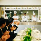 新郎様の入場は オープンキッチンから! 驚きとともに歓声があがります。
