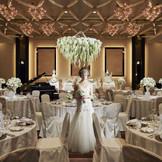 【ホテルウエディング】 披露宴会場には大きなシャンデリアがあり、ゴージャスなイメージに。