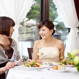 ふたりもゲストと一緒に食事を楽しめるリラックスした雰囲気