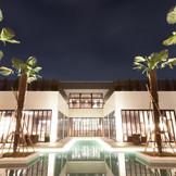 【LEAFIA】水盤に浮かぶウッドデッキやプライベートガーデン、レストランはモダンリゾートの雰囲気!ワインセラーやバーも完備し、オープンキッチンではライブ感溢れる「食」の演出を楽しむ!