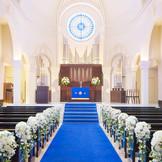 ロイヤルブルーのバージンロードが美しい大聖堂