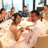 挙式後は、隣接のホテルでアットホームな会食もオススメ。美味しい料理にゲストとの会話も弾む
