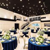 天井高7m、最大130名収容可能なバンケット 2面の大型スクリーンや大階段、オープンキッチンなどで多彩な演出が叶う