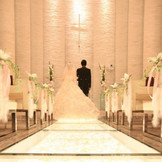 白く光るバージンロードはご新婦様のご入場をより幻想的に演出致します。