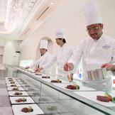 会場内でシェフと板前さんが料理パフォーマンス!お肉を焼いたり、お寿司を握ったり・・・ホテルならではの味とおもてなしを実感