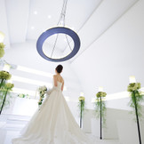 真っ白なチャペルは、厳粛な雰囲気を作り出し、よりお2人の誓いの時を引き立てる。