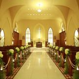 神秘的な礼拝堂、聖歌隊の賛美歌も響き渡る