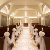 純白の大理石でできたバージンロードが数多くの花嫁を虜にしてきた本格的なチャペル。100名まで列席可能