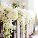 花嫁の心を映し出す純白の花で誓いの舞台を彩って