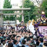 都内最大級の祭りとしても有名な「三社祭り」。挙式後もふたりの「原点」となる神社になる