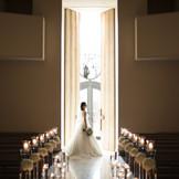 新婦様の入場シーンには自然光が差し込みより感動的なシーンに。