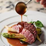 【熊本の食材を贅沢に使った逸品】 地元食材を贅沢に使ったシェフこだわりのコース料理。フランス料理をベースに和の要素を取入れることでコース料理のラストまで軽やかにいただけるのが特徴。