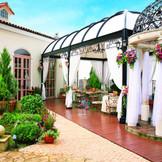 【ヴィラレジーナ】ウッドデッキと石畳が印象的なガーデン。爽やかな風を感じながら優雅なガーデンパーティを
