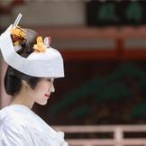 伝統的な和装の花嫁姿。結婚式でしか身につけることができないこの衣裳、ぜひ様々な角度から写真に残して欲しい。文金高島田のかつらに角隠し。清楚さと可愛らしさが合わさって、初々しい花嫁に