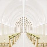 柔らかな光に包まれる幻想的なチャペルは、天井高7メートル、バージンロード12mという壮大なスケール。