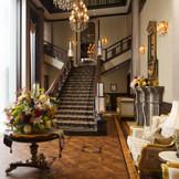 ゲストをお迎えするメインエントランス。2階吹き抜けの大階段は訪れたゲストも息を飲む