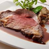 看板メニューのマリンタワーローストビーフは、肉厚ながら柔らかいと幅広い年代のゲストにも好評!