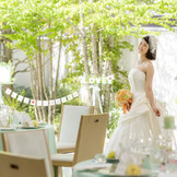 白を基調としたフレンチモダンのパーティ会場。広々とした明るい空間で、特別な一日を優雅に過ごせます。