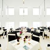 天井高6m、自然光が注ぎます。 会場の中には柱がないので、どこのお席からもお二人のお顔を見ていただけます。