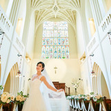 大聖堂の中のステンドグラスには、バラのモチーフが描かれています。新郎新婦には、バラ色の人生を歩んでいって欲しい。そんな思いが込められています。