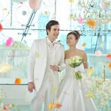 挙式後はチャペル前の階段で盛大なフラワーシャワーを!ゲストからの祝福を全身で感じて。