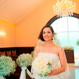 挙式直前の、はにかんだ笑顔の花嫁よめ。Happy Wedding.