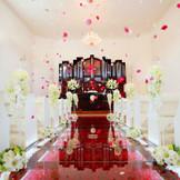 【おふたりで誓いを交わす】【家族との絆をはぐくむ】 そんな結婚式が叶う♪真っ白な空間に真紅の【バラ】を敷き詰めたガラスのバージンロード!