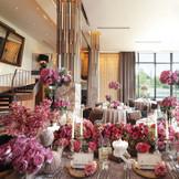 花嫁様が選ぶお花で会場の雰囲気はガラッと変わります。かわいいものが大好きな花嫁様には会場にたくさんピンクのお花を飾るのもおすすめです☆