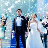 挙式後はチャペル外の大階段でゲストからフラワーシャワーの祝福を!ブーケとトスやお菓子まきも人気演出のひとつ
