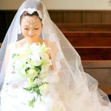 木の温かみが感じられる教会、白いドレスがよく映える