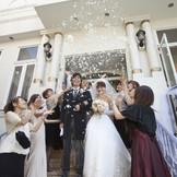 教会での挙式後には、外の螺旋階段にてゲスト全員からのフラワーシャワーで祝福を☆