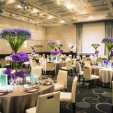 天井高が5.7mと高くプラチナカラーが印象的な会場「スタイリッシュ」には背の高い装花を飾りハイグレードな空間に。