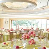 ナチュラル&ホワイトがテーマのパーティ会場「桐」は、110名収容可能。ピンクのグラデーションで可愛らしいコーディネートもオススメ!