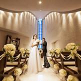 ブルーのステンドグラスが美しい白亜のチャペル。蒼い光に導かれ永遠の愛を誓えます