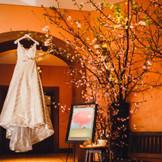 桜ウェディングのアルバムへの導入写真。ウェディングドレスから当日を想い出す一枚。