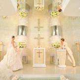 祭壇前にはクリスタル煌めく光の柱があり、正面には白薔薇のクロスがお二人を見守る。