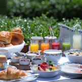 ホテル自慢の朝食はスモールラグジュアリー教会から認められた朝食を継承した「世界一の朝食」。翌朝の幸せの余韻に浸りながら優雅なひと時を