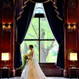 窓辺での撮影はロマンチックな仕上がりに。
