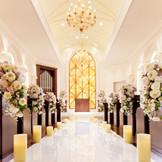 天井に輝くシャンデリア、大理石のバージンロード、オニキスの祭壇。聖歌隊の幻想的な歌声に包まれる《セントジェームスチャペル》