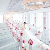 ガラスのバージンロードは、純白のウエディングドレスに彩りを添え、いっそう美しく演出してくれる。